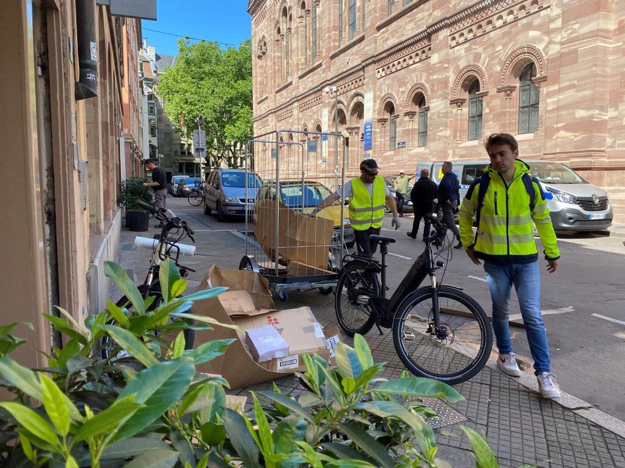 Évacuation des déchets des magasins ; Photo : VNF