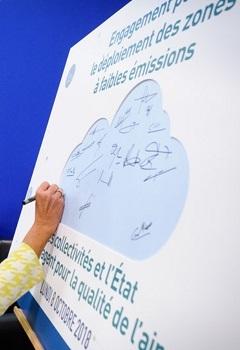Signature de l'engagement de 15 collectivités et de l'État à mettre en place 15 zones à faibles émissions